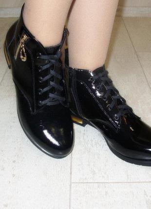 Кожаные лаковые женские черные туфли ботинки на шнурках демисе...