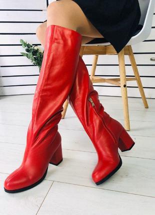 Женские сапоги красные на каблуке
