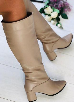 Женские сапоги  бежевые на каблуке