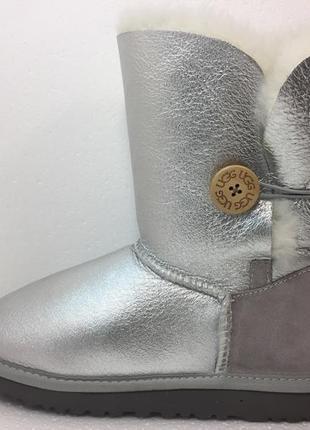 Женские угги ugg bailey button metallic silver