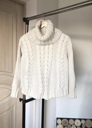 Молочный свитер крупной вязки в косы с объемным горлом.