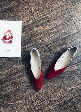 Шикарные кожаные  красные туфли на низком каблуке