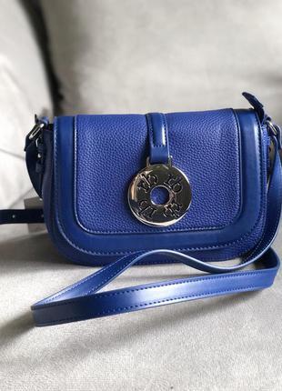 Стильная сумка актуальной формы от итальянского бренда roccoba...