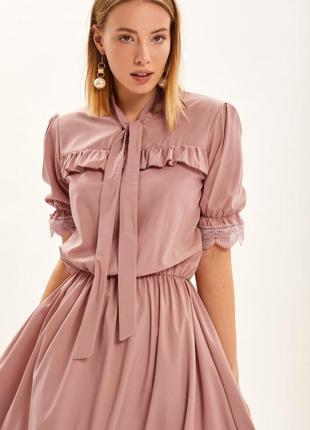 Платье бежевое с коротким обьемным рукавом