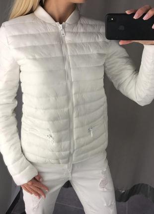 Белый утеплённый бомбер стёганная куртка на синтепоне.