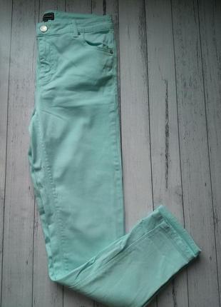 Голубые зауженные джинсы