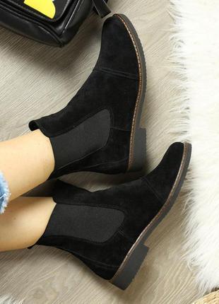 Замшевые женские демисезонные черные ботинки челси низкий кабл...