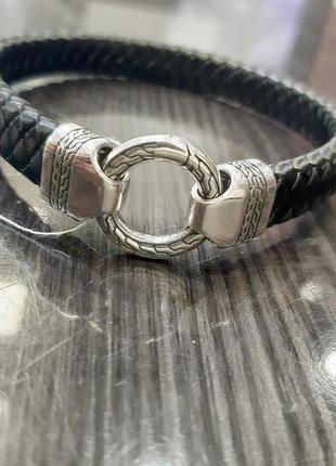Кожаный браслет с серебряным замком.