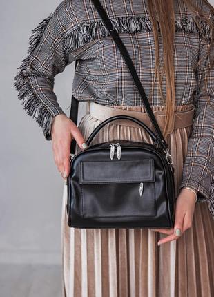 Женская сумка саквояж с ремешком через плечо черного цвета