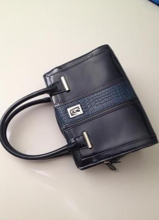 Маленькая лаковая сумочка с короткими ручками.