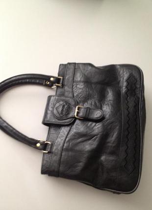 Черная не большая вместительная сумочка на коротких ручках.