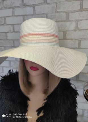 Пляжная шляпа с широкими полями. соломенная белая шляпа. atmos...