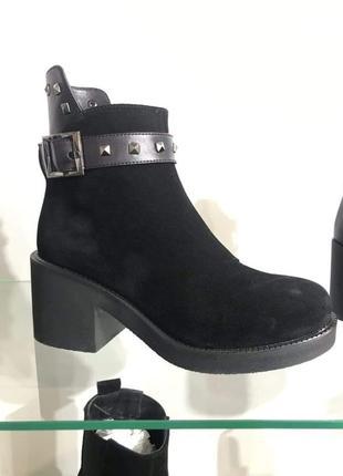 Ботинки на толстом удобном каблуке из натуральной замши