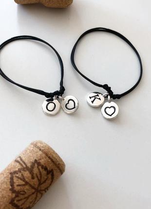 Парные браслеты с буквами для влюбленных