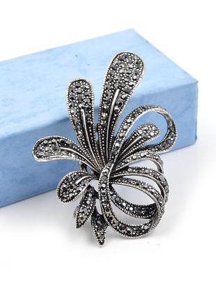 Элегантная брошь с серыми кристалликами