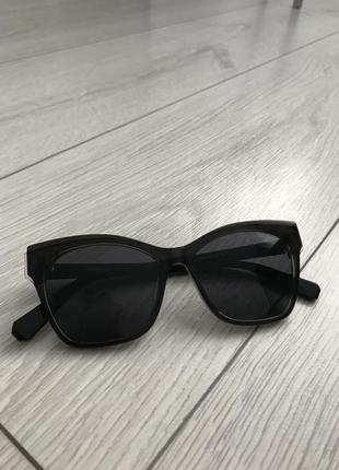 Черные очки, солнцезащитные очки.
