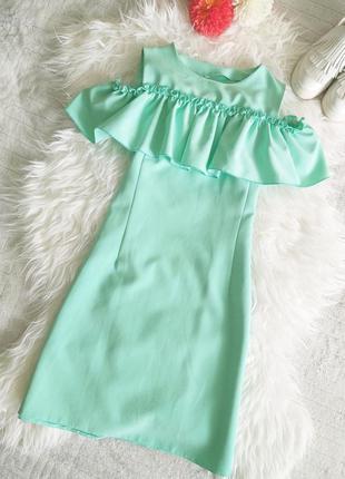Бирюзовое платье с воланом и открытыми плечами s