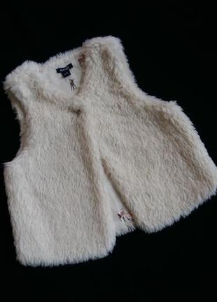 Меховая жилетка kiabi (франция) на 18-24 месяца (размер 83-89)