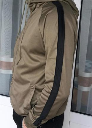 Мужская кофта цвета хаки в спортивном стиле с лампасами