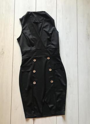 Чёрное платье с вырезом