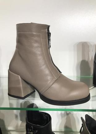 Ботинки из натуральной кожи беж на толстом каблуке молния спереди