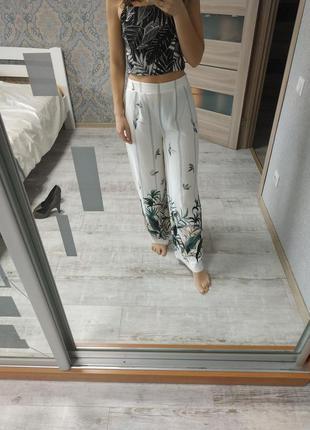 Легкие вискозные прямые брюки палаццо в тропический принт