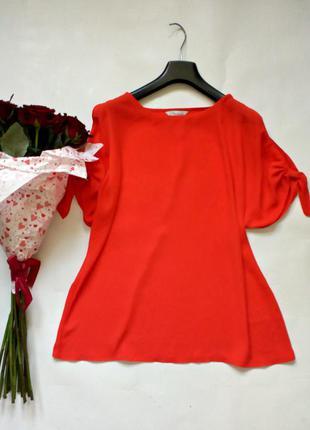 Яркая блуза свободного кроя с разрезами на рукавах
