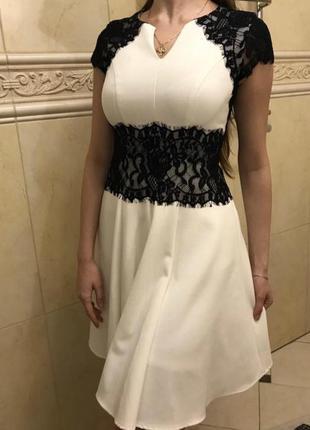 Нежное белое платье с кружевными вставками