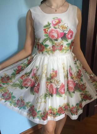 Белое платье в цветы и ключики