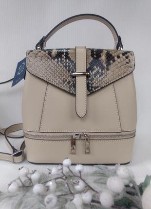 Кожаная сумка-рюкзак с модным принтом бежевая