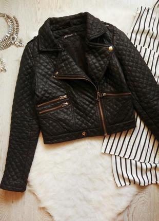 Черная короткая куртка кожанка косуха стеганая с молниями карм...