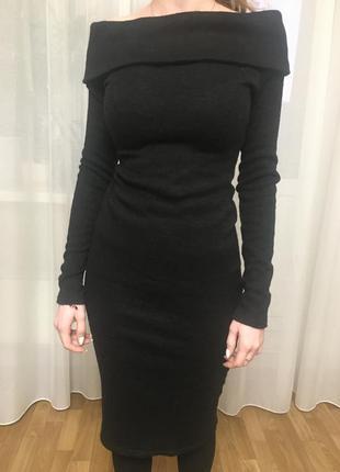 Черное теплое платье с открытыми плечами