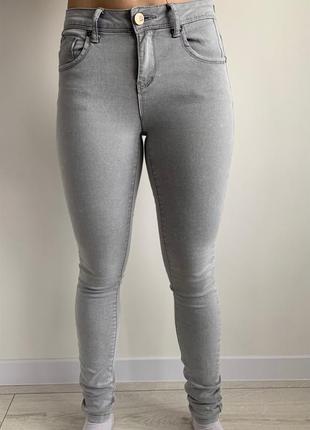 Светлые джинсы, сірі джинси, облягаючі джинси, серые джинсы.
