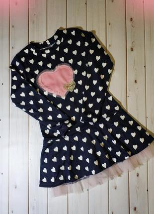 Красивое платье для девочек с красивой яркой нашивкой