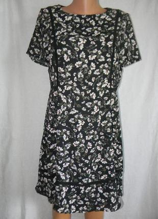 Красивое новое платье с цветочным принтом
