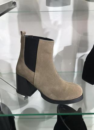 Ботинки челси на толстом каблуке натуральная замша беж