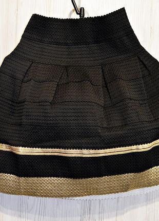 Очень красивая юбочка с золотой отделкой, идеально держит форму