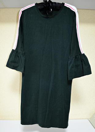 Очень крутое трикотажное изумрудное котоновое платье с воланам...