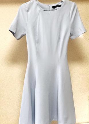 Небесно-голубого цвета платье