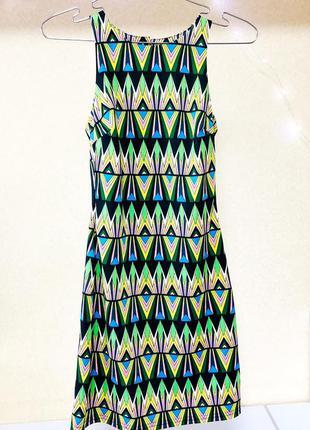 Классное летнее стрейчивое платье-футляр с орнаментом