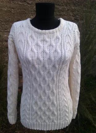 Вязаный спицами белый свитер из аранов и косовых переплетений