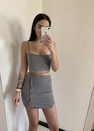 Серый костюм юбка и топ под замш