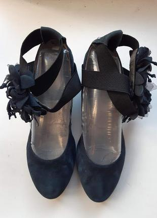 Синие замшевые туфли лодочки с цветами