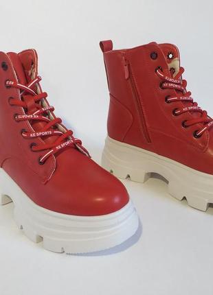 Красные женские ботинки на высокой подошве