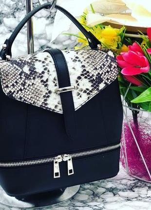 Кожаная сумка-рюкзак с модным принтом чёрная