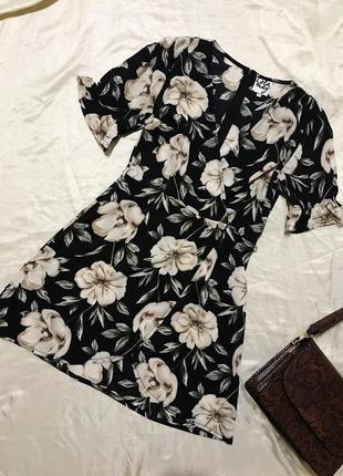 Шикарное актуальное платье в цветочный принт на запах