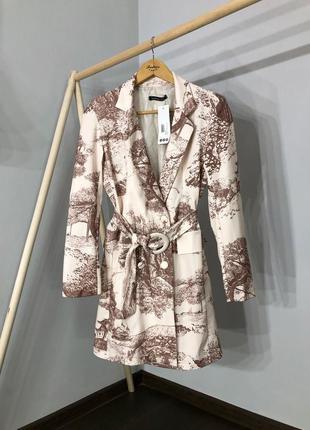 Платье-пиджак с поясом в принт