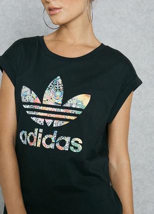 Фирменная футболка с ярким логотипом