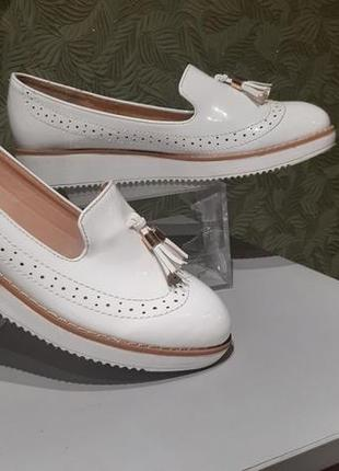 Туфли женские  балетки белого цвета clowse 39р лаковые