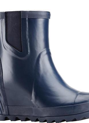 Короткие резиновые сапоги на платформе бренда sorel, joan™ rai...